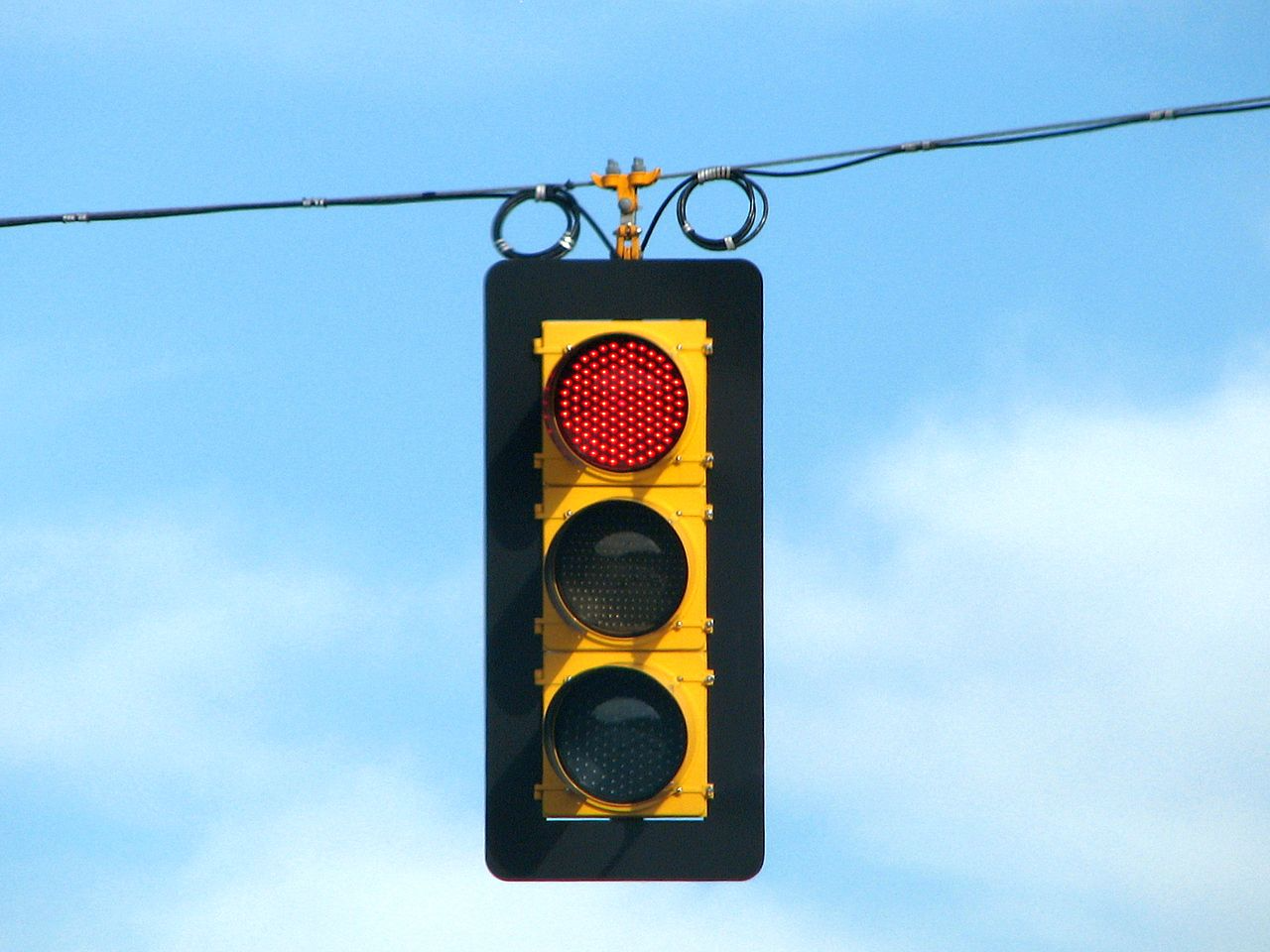 1280px-LED_traffic_light_on_red.png
